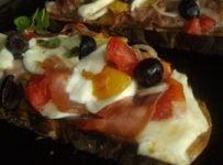 Bruschetta au jambon de parme olives noires mozarella