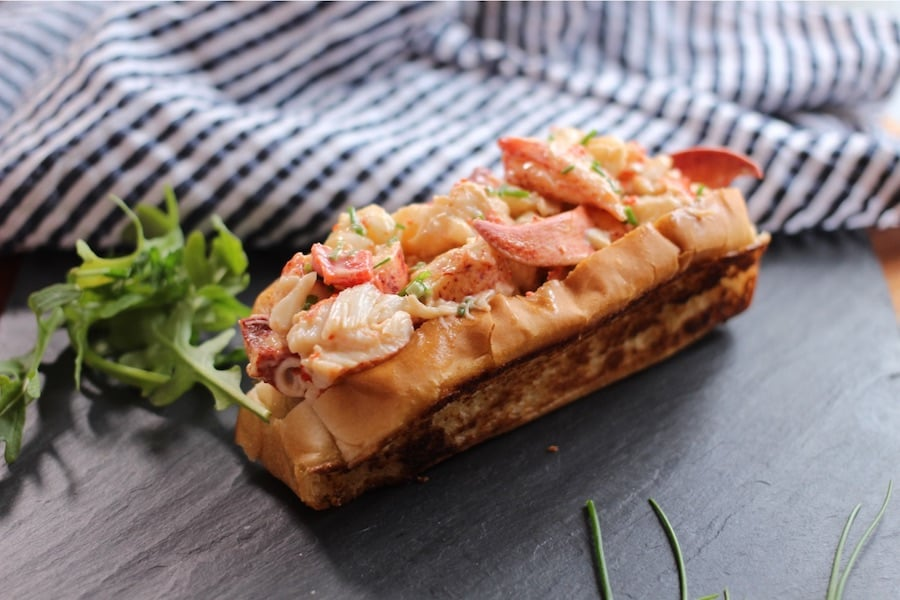 sandwich au homard quebecois lobster roll