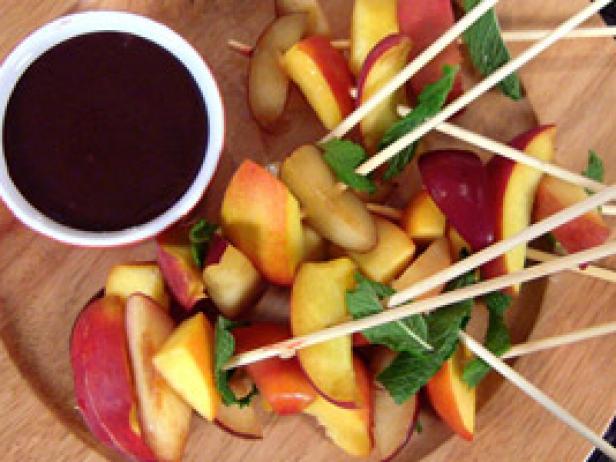 brochettes de fruits frais et coulis de chocolat