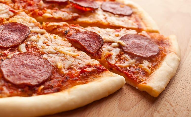 Pizza steak haché pepperoni et cheddar recette
