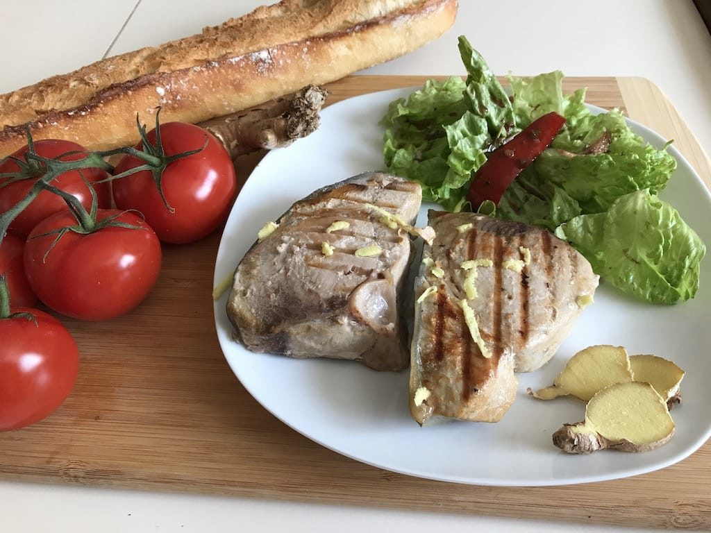 Steak de thon frais mariné et grillé